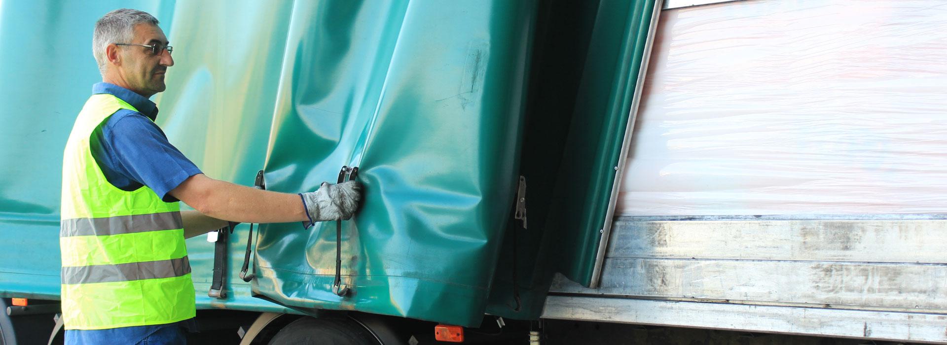 Camioner estirant toldo - Seberlogistics